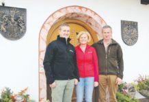 Sie leben Nachhaltigkeit: Klaus (r.) und Christine Widmoser mit Sohn Stefan vom Widmoshof in Waidring (Tirol).