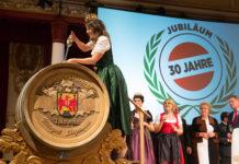 """Weinkönigin Christina hob den Taufwein aus dem Fass. Dem schwierigen Jahr entsprechend wurde der Wein auf """"Xuntos"""" getauft. Dieses galizische Wort bedeutet ?miteinander?."""