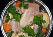Die Hitze der Hühnersuppe unterstützt den Körper dabei