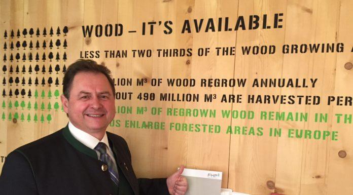 """FHP-Vorsitzender Rudolf Rosenstatter bei der Präsentation der """"Woodbox"""" auf der Grünen Woche in Berlin."""