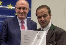 LK-Präsident Johann Mößler (r.)  übergab EU-Agrarkommissar Phil Hogan seinen Brief mit den konkreten Forderungen.