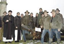 Stolz präsentieren die Organisatoren der Landwirtschaftskammer Niederösterreich gemeinsam mit dem Waldverband den teuersten Stamm der Verkaufsveranstaltung: Eine Schwarznuss erzielte den stolzen Preis von 4155 Euro.