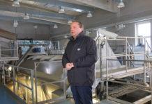 Kartoffelwaschanlage in der Stärkefabrik Gmünd - Werksleiter Norbert Harringer erläutert den Gutfluss der Stärkekartoffeln von der Anlieferung bis in die Packung für Fertigpüree.