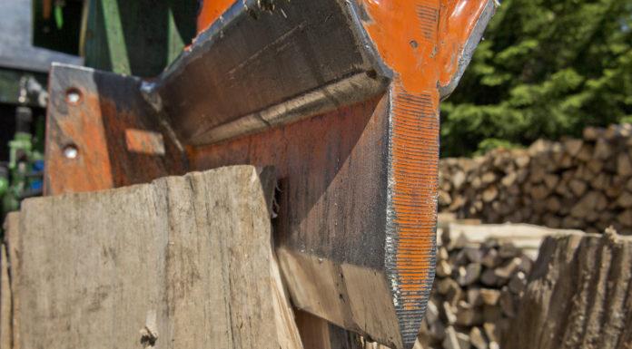 Die Arbeit wird mit dem Holzspalter mit hohem Tempo ausgeführt