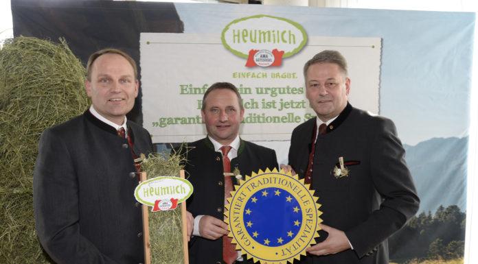 """Heumilch gilt ab sofort als """"garantiert traditionelle Spezialität"""". Landwirtschaftminister Andrä Rupprechter (r.) hat am Samstag"""