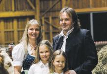 Bettina und Anton mit ihren Kindern Theresa und Ronja.
