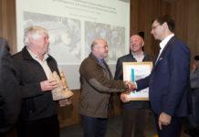 """Den Hauptpreis in der Kategorie """"Erfolgsprojekte"""" bekam das Projekt ?Kirchwald Raggal?. Landeshauptmann Markus Wallner  (r.) gratulierte den Ausgezeichneten."""