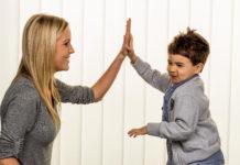 Überfürsorgliche Eltern möchten ihre Kinder vor allen Gefahren beschützen. Doch das ist weder immer möglich noch immer der beste Weg. Sie erschweren ihren Kindern sogar den Übergang in ein selbstständiges Erwachsenenleben.
