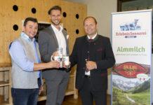 """Christian Kröll (Geschäftsführer ErlebnisSennerei Zillertal), Matthias Pöschl (Geschäftsführer AMTirol) und LHStv. Josef Geisler (Obmann Agrarmarketing) sind vom Geschmack der Almmilch mit dem Gütesiegel """"Qualität Tirol"""" begeistert."""