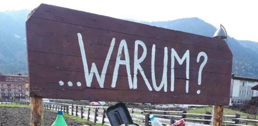 Die Volksschule Reischach (Südtirol) möchte mit diesem Mahnmal auf die zunehmende Verschmutzung der Felder aufmerksam machen.