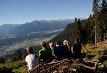 Die Freiwilligen genossen nach getaner Arbeit die Aussicht über das Inntal.